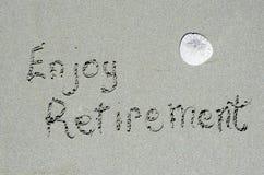 Appréciez le message de retraite écrit en sables de plage d'océan photographie stock libre de droits