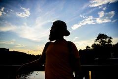 Appréciez le moment agréable Le type devant le ciel bleu au temps de soirée admirent le paysage Moment de prise pour admirer la n image libre de droits