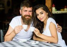 Appréciez le moment avec la tasse de la boisson de café Les couples dans l'amour boivent du café noir d'expresso en café Homme av image stock