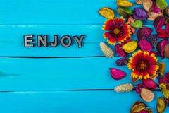 Appréciez le mot sur le bois bleu avec la fleur photos libres de droits