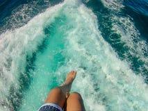Appréciez le parachute ascensionnel bleu de mer image stock
