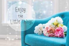 Appréciez le petit message de choses avec des bouquets de fleur avec la chaise photo libre de droits