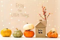 Appréciez le petit message de choses avec des potirons avec une maison photos libres de droits