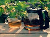 Appréciez le temps de thé dans le jardin photographie stock