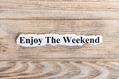 appréciez le texte de week-end sur le papier Word apprécient le week-end sur le papier déchiré texte debout de reste d'image de f image libre de droits