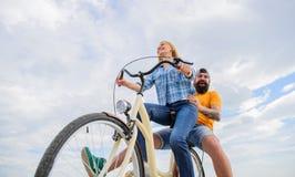 Appréciez le vélo d'équitation de vacances de vacances d'été Les couples dans gai heureux d'amour ont plaisir à faire un cycle en images stock