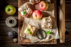 Appréciez le votre emportent la tarte aux pommes avec le croustillant et le glaçage image stock