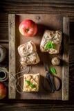 Appréciez le votre emportent la tarte aux pommes emballée en papier gris photographie stock