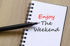 Appréciez le week-end écrivent sur le carnet images libres de droits