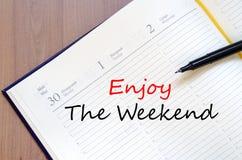 Appréciez le week-end écrivent sur le carnet images stock