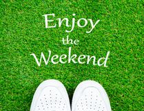 Appréciez le week-end sur le champ d'herbe avec l'espadrille blanche photo libre de droits