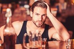 Appréciez les boissons, mais pas trop Alcoolisme et mauvaise habitude Homme alcoolique buvant au compteur de barre Boisson d'homm photo libre de droits