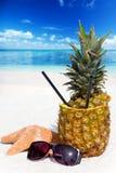 Appréciez les cocktails d'ananas sur la plage Images stock