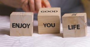 Appréciez les mots de bonne vie écrits sur les cubes décoratifs en bois banque de vidéos