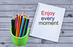 Appréciez les mots de chaque moment sur le carnet photographie stock