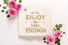 Appréciez les petites choses avec des roses et des feuilles photo libre de droits