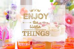 Appréciez les petites choses avec la table de dessert images stock