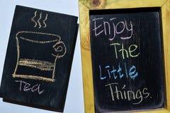 Appréciez les petites choses sur manuscrit coloré d'expression sur le tableau noir photo libre de droits