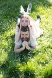 Appréciez les vacances d'été Les couples heureux détendent sur extérieur ensoleillé Femme sensuelle se trouvant sur l'homme barbu images stock