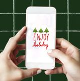 Appréciez les vacances sur une maquette d'écran de téléphone portable photographie stock