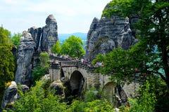 Appréciez les vues à couper le souffle du pont célèbre de Bastei Image stock