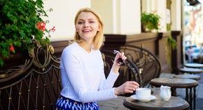 Appréciez mon café La tasse de bon café dans le matin me donne la charge d'énergie Café de boissons de fille chaque matin au même photo stock