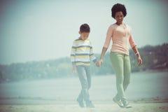 Appréciez par le lac, le soleil et le sable photos libres de droits