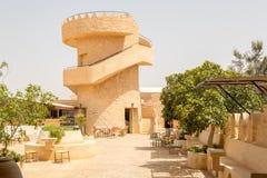 Appréciez un buffet avec une belle vue de la cour avec la tour Matmata, Tunisie photographie stock libre de droits