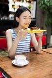 Appréciez un dessert délicieux photographie stock libre de droits
