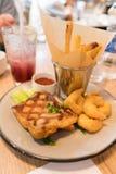Appréciez un repas avec le bifteck grillé de poulet, les crevettes frites, les frites, le ketchup et la limonade photos stock