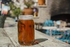 Appréciez une bouteille en verre de bière image libre de droits