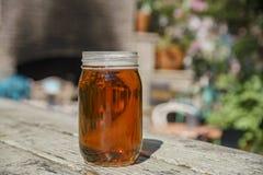 Appréciez une bouteille en verre de bière photos libres de droits