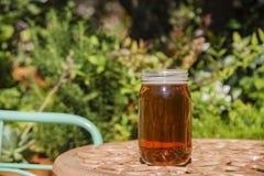 Appréciez une bouteille en verre de bière photographie stock