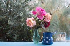 Appréciez une certaine heure libre sur la terrasse avec le bouquet de roses photos libres de droits
