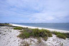 Appréciez une promenade insouciante sur la plage de Silverstrand sur la baie de Coronado, San Diego, la Californie photo stock