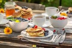 Appréciez vos crêpes dans le jardin pour le petit déjeuner photos libres de droits