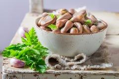 Appréciez vos fèves avec le persil frais image libre de droits