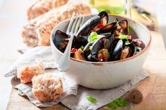 Appréciez vos moules avec des poivrons de coriandre et de piment photo libre de droits