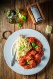 Appréciez vos pâtes Bolonais avec les boulettes de viande et le parmesan images stock