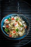Appréciez vos pâtes de fruits de mer faites de palourdes, poivrons et persil images libres de droits