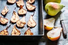 Appréciez vos poires séchées au soleil faites de fruits frais images stock