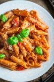 Appréciez vos spaghetti Bolonais avec le parmesan et le basilic image libre de droits