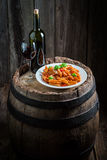Appréciez vos spaghetti Bolonais avec le parmesan et le vin rouge photos libres de droits