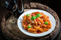 Appréciez vos spaghetti Bolonais avec le vin rouge et le parmesan photographie stock libre de droits