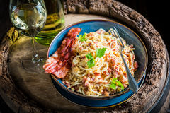 Appréciez vos spaghetti Carborana avec le becon, le persil et les oeufs photos libres de droits
