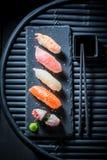 Appréciez vos sushi de Nigiri faits de saumons et riz image stock