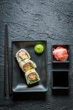 Appréciez vos sushi faits de saumons images libres de droits