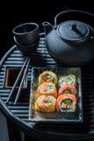 Appréciez vos sushi réglés avec le wasabi et la sauce de soja photographie stock
