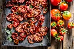 Appréciez votre au soleil plein sec par tomates des vitamines photo libre de droits