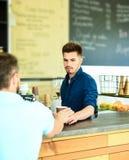 Appréciez votre boisson Le hippie élégant beau de barman communiquent avec le visiteur de client Barman à la barre du café modern image stock